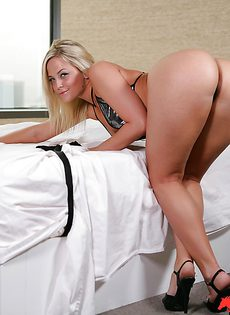 Шикарная задница тридцатилетней блондинистой дамы - фото #