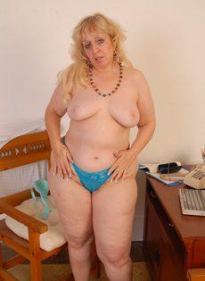 Толстая баба мастурбирует волосатую пизденку - фото #
