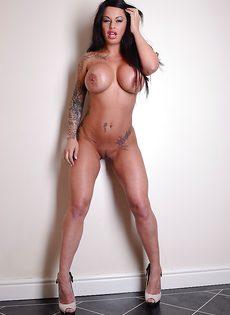 У татуированной девушки большие сиськи и красивая попка - фото #