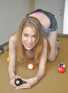 На бильярдном столе лежит молоденькая худышка - фото #