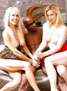 Европейские порно звезды трахнулись с темнокожим парнем - фото #
