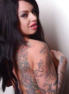 Татуированная красавица хочет дикого и горячего траха - фото #
