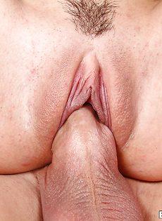 Проникает огромным членом блондинистой телочке во влагалище - фото #