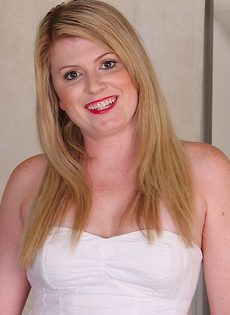 Толстенькая блондинка по мастурбировала между ножками дырочку - фото #