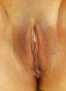 Сексапильная и тоненькая азиатка показала киску крупным планом - фото #