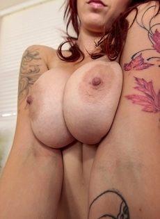 Прекрасная сучка с большой грудью соскучилась по возлюбленному - фото #