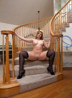 Обнаженная испанская деваха с большой шикарной жопой - фото #