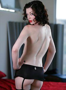 Худенькая брюнетка очень откровенно нарядилась - фото #
