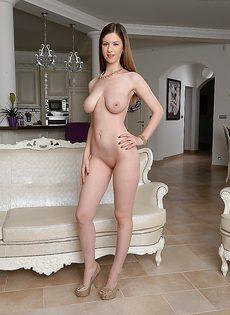 Длинноногая полностью голенькая красотка с упругой грудью - фото #