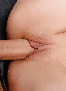Классную телочку имеют в разгоряченную вагинальную дырку - фото #