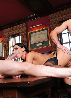 Любвеобильная проститутка справилась с тремя большими членами - фото #