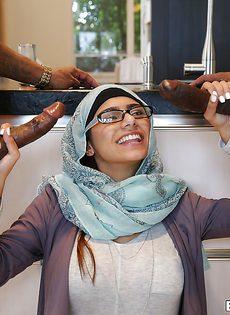 Миа Халифа полирует два здоровенных черных писюна - фото #