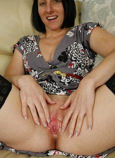Зрелая дама задирает ножки и демонстрирует промежность - фото #