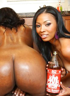 Две негритянки трахнулись с темнокожим пареньком - фото #