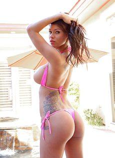 На свежем воздухе показала роскошную грудь и бритую киску - фото #