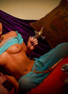 Голенькая восточная красавица курит кальян - фото #