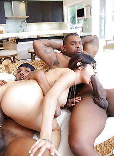 Известную порно звезду трахают мускулистые черные парни - фото #