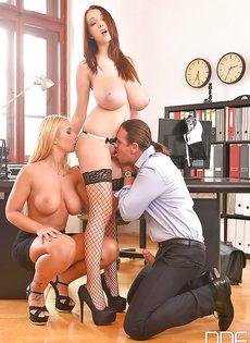 В офисе отодрали сексуальных девок с большими дойками - фото #