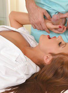 Медсестра в белых чулках очень качественно сосет - фото #