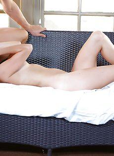 Женушка отсосала большой пенис молодого любовника - фото #