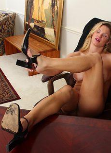 Улыбчивая блондинка выставила напоказ влагалище и сиськи - фото #