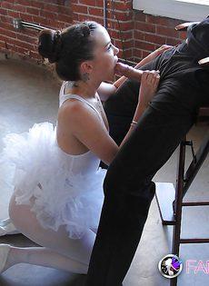 Балерина тоже любит сосать член - фото #
