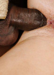 Черным членом девушку жарят в тугой задний проход - фото #