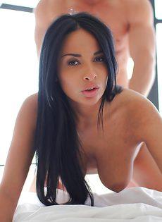 В разных позах проникает в великолепную очаровательную девушку - фото #