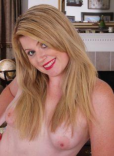 Веселая и шаловливая блондинка стоит раком и показывает киску - фото #