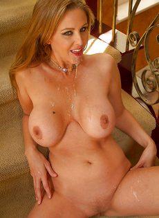 На ступеньках жарят взрослую бабенку с большой грудью - фото #