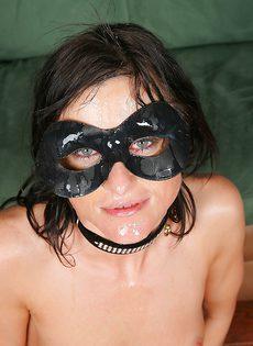 Двойное проникновение в разгоряченную темноволосую девку - фото #