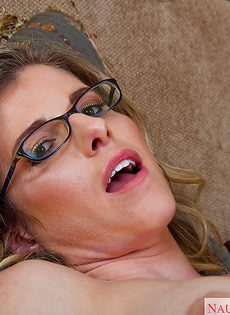 Женщина в очках классно отполировала горячий пенис - фото #