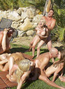 Очень страстное групповое порно на свежем воздухе - фото #