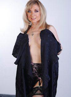 Сексуальная женщина в чулках ищет молодого любовника - фото #