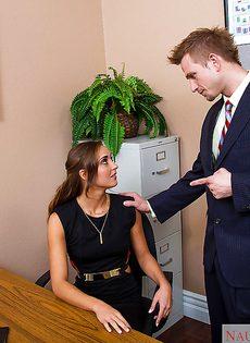 Начальник в офисе дал молоденькой секретарше в ротик - фото #