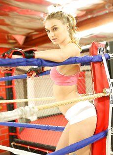 Белокурая спортсменка демонстрирует свою красивую грудь - фото #