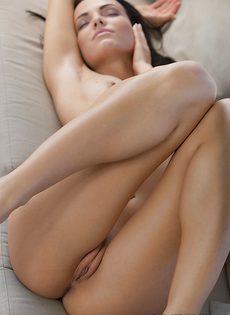 Фигуристая потаскушка мастурбирует красивую промежность - фото #