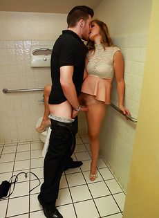 В туалете симпатичную девушку довели до яркого оргазма - фото #
