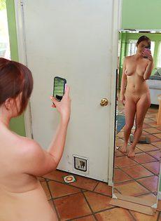 Восемнадцатилетняя красотка сама себя фотографирует голенькой - фото #