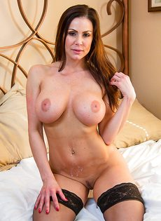 На кровати хорошенько трахнули девушку с большими сиськами - фото #