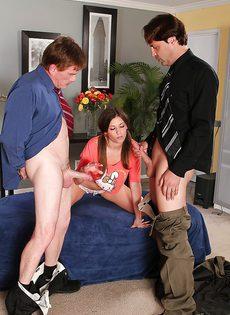 Два паренька накормили привлекательную девушку горячей спермой - фото #