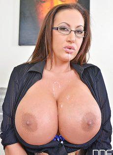 Сперма на больших мягких сиськах привлекательной секретарши - фото #