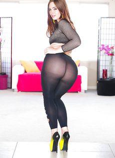Очаровательная потаскушка в сексуальных черных колготках - фото #