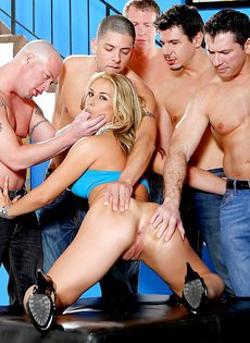 Превосходная блондинка с удовольствием пошла по кругу - фото #