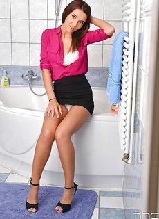 В ванной комнате миниатюрная студентка разделась догола - фото #
