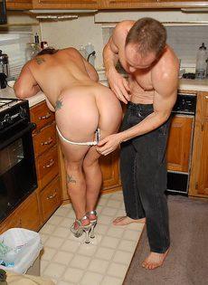 Зрелая бабенка со своим мужем совокупляется на кухне - фото #
