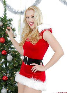 Возле елки привлекательная блондинка мастурбирует письку - фото #