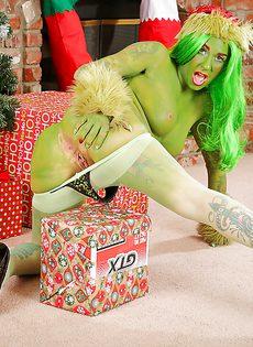 Разрисованная в зеленые тона девушка показывает свои прелести - фото #