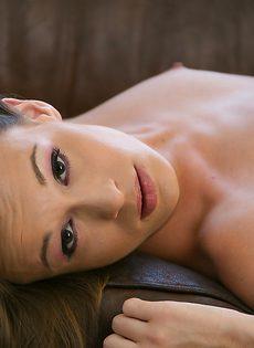 Тоненькая сексапильная девушка с волосатой промежностью - фото #