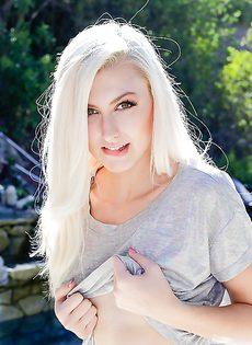 Прелестная блондинка стала трогать гладко выбритую киску - фото #5